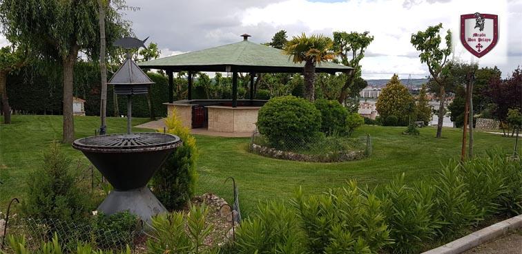 templete en el jardín del restaurante Mesón Don Pelayo